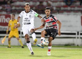 Marcelinho Paraíba e Ítalo Henrique disputam bola (Foto: Marlon Costa / Pernambuco Press)
