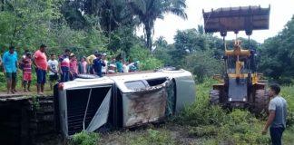 Os paraibanos ao caírem na água, não conseguiram sair do veículo (Foto: Reprodução/Sertão Informado)