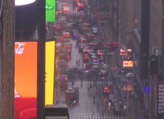 Helicóptero fez pouso de emergência sobre prédio em Manhattan (Foto: Reprodução/Globonews)