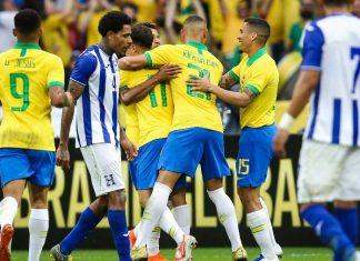Jogadores da seleção brasileira comemoram um dos gols sobre Honduras no Beira-Rio (Imagem: Pedro H. Tesch/AGIF)